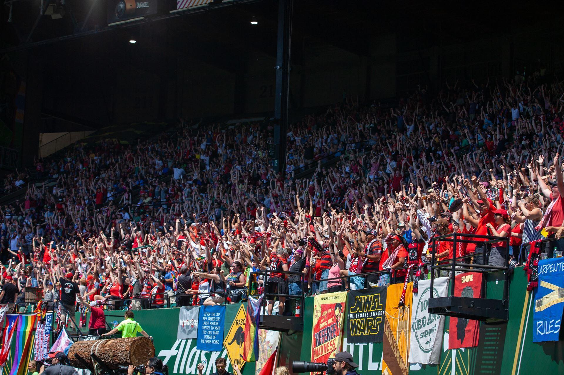 The Riveters celebrate a Thorns goal